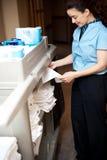 hojas plegables del empleado de sexo femenino de la Detrás-oficina Imagen de archivo