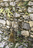 Hojas que barren con la escoba en piedras de pavimentación Imagen de archivo