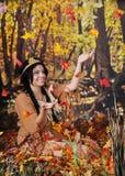 Hojas que caen de cogida de la doncella india Fotos de archivo