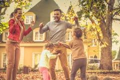 Hojas que caen y mi familia Esta estación del otoño es tan divertida fotografía de archivo libre de regalías
