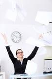 Hojas que lanzan de la empresaria del papel. imagen de archivo libre de regalías