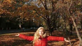 Hojas que lanzan de la muchacha en otoño en la cámara lenta libre illustration