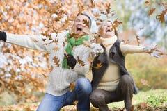 Hojas que lanzan de los pares mayores en el aire Imagen de archivo libre de regalías