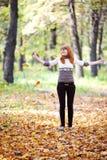 Hojas que lanzan del adolescente en el bosque Fotografía de archivo