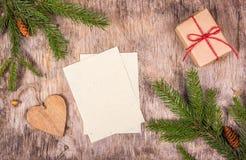 Hojas vacías en fondo de madera Decoraciones de la Navidad con el árbol del regalo y de abeto Preparándose para la Navidad, lista Fotografía de archivo libre de regalías