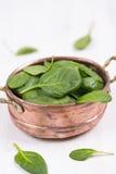 Hojas verdes frescas de la espinaca en un cuenco Foto de archivo libre de regalías