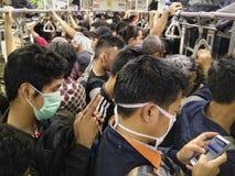 Hojeando en el medio del tren público completamente apretado en Jakarta, Indonesia Imagen de archivo libre de regalías