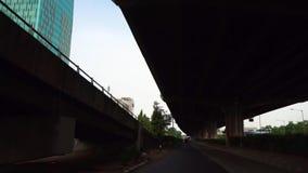 Hojee la calle debajo de la carretera almacen de metraje de vídeo