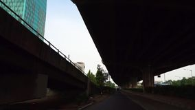 Hojee la carretera debajo de la autopista sin peaje en la zona oriental de Jakarta almacen de metraje de vídeo