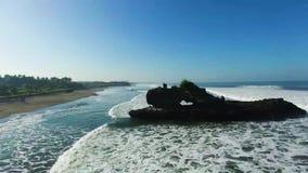 Hojee la playa picada hacia la roca almacen de metraje de vídeo