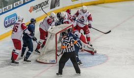 Hokej na lodzie gra, gracze i arbiter pozycja przy s?upkiem bramkim, zdjęcie royalty free