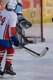 Hokeja na lodzie gracz strzela i zdobywa punkty zdjęcia royalty free
