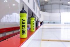 Hokeja na lodzie lodowisko, butelka na pokładzie zdjęcia stock