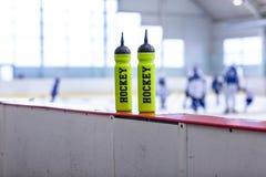 Hokeja na lodzie lodowisko, butelka na pokładzie obrazy stock