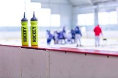 Hokeja na lodzie lodowisko, butelka na pokładzie fotografia royalty free