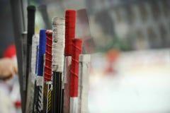 Hokejowi kije blisko szatni przed grze zdjęcie stock