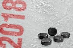 Hokejowi krążki hokojowi na lodzie Fotografia Royalty Free