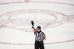 Hokejowy arbiter podczas zima lodu przerwy KHL gry, Fotografia Royalty Free