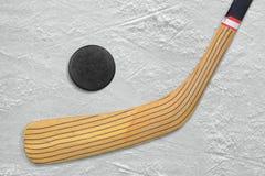 Hokejowy kij i krążek hokojowy na lodzie Zdjęcia Stock