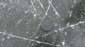 Hokejowy krążek hokojowy na lodzie fotografia stock