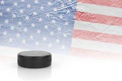 Hokejowy krążek hokojowy i flaga amerykańska Obrazy Royalty Free