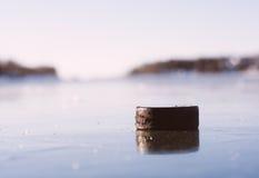 Hokejowy Krążek hokojowy Marznący jezioro zdjęcie royalty free