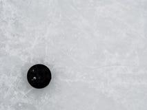 Hokejowy krążek hokojowy na lodzie Zdjęcia Stock