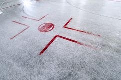 Hokejowy lodowisko z face-off punktem na świeżo wynurzającym się lodzie z ocenami woda obraz stock