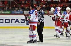 Hokejowy palyer i arbiter Zdjęcia Stock