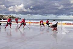 Hokey di ghiaccio su una spiaggia Immagine Stock