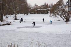Hokey utomhus- is, spelare och djupfryst damm Loppfoto 2018 royaltyfri fotografi