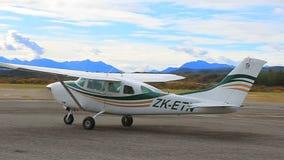 HOKITIKA NOVA ZELÂNDIA - SETEMBRO 3,2015: táxi plano de viagem de cessna 206 da asa da região selvagem à pista de decolagem no ae filme