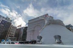 HOKKAIDO, JAPÃO - 7 DE FEVEREIRO DE 2017: Sculptu da neve de Arc de Triomphe fotografia de stock