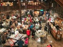 HOKKAIDO JAPAN - DEC 15: 2016: Musikaskar shoppar in av Otaru Mus Arkivfoto
