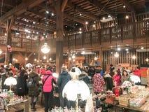HOKKAIDO JAPAN - DEC 15: 2016: Musikaskar shoppar in av Otaru Mus Arkivbilder