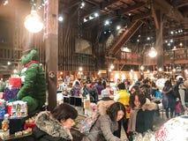 HOKKAIDO JAPAN - DEC 15: 2016: Musikaskar shoppar in av Otaru Mus Fotografering för Bildbyråer