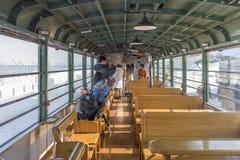 HOKKAIDO, JAPAN-JAN 31, 2016: Un tren se está acercando al tren Fotografía de archivo