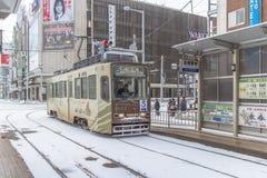 HOKKAIDO, JAPAN-JAN 31, 2016: Un tren se está acercando al tren Imagen de archivo libre de regalías