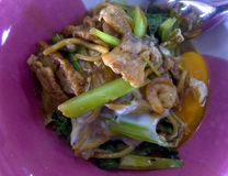 Hokkien MI est un plat thaïlandais qui apportent des nouilles pour faire sauter à feu vif et roucouler images libres de droits