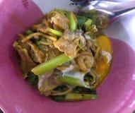 Hokkien MI ist ein thailändischer Teller, das Nudeln holen, um anzubraten und zu gurren stockfotografie