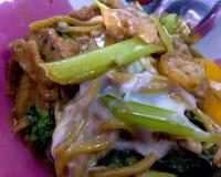 Hokkien MI ist ein thailändischer Teller, das Nudeln holen, um anzubraten und zu gurren lizenzfreie stockbilder