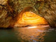 Hol op Praia DE Benagil, Algarve Portugal Rotsvormingen en Holen op Lagen van de Atlantische Oceaan royalty-vrije stock afbeeldingen