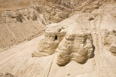 Hol in Qumran stock foto's