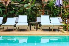 Hol sunbed w pływackim basenie fotografia stock