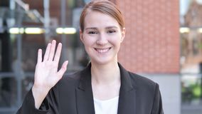 Hola, acogiendo con satisfacción a la empresaria joven Standing Outdoor almacen de metraje de vídeo