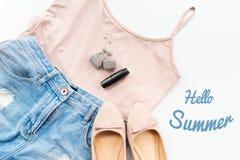 Hola concepto del verano Ropa femenina, y disposición de los accesorios en el fondo blanco Endecha plana Visión superior Fotografía de archivo