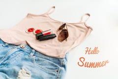 Hola concepto del verano Ropa femenina, y disposición de los accesorios en el fondo blanco Endecha plana Visión superior Fotografía de archivo libre de regalías