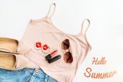 Hola concepto del verano Ropa femenina, y disposición de los accesorios en el fondo blanco Endecha plana Visión superior Imagenes de archivo