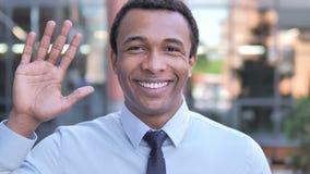 Hola, dando la bienvenida al hombre de negocios africano Standing Outdoor almacen de metraje de vídeo