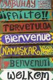 Hola de madera firma adentro diversas idiomas Imágenes de archivo libres de regalías
